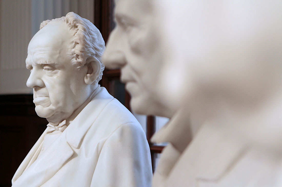 I busti dei Presidenti del Gruppo Generali, restaurati ed inseriti nella sala espositiva del palazzo Geiringer, sede centrale delle Assicurazioni Generali, a Trieste. Foto Massimo Goina.